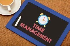 Czasu zarządzanie z Zegarową ikoną na chalkboard Fotografia Royalty Free