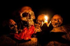 Czaszka i świeczka z candlestick na drewnianym Obrazy Stock