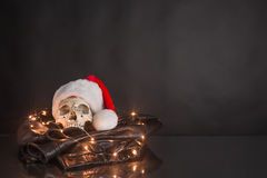 Czaszka jest ubranym Santa kapelusz Fotografia Royalty Free