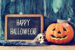 Czaszka, lampion i tekst, szczęśliwy Halloween w chalkboard Fotografia Stock