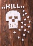 Czaszka symbol robić cukrowi sześciany Granulowany cukier na ciemnym drewnianym tle Cukrzycy pojęcie ` zwłoki ` robić krystaliczn obraz stock