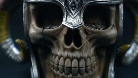 czaszka w metalu hełmie z rogiem zdjęcie wideo