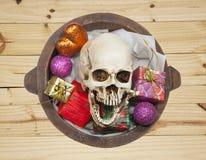 Czaszka w prezenta wiadrze, Halloween Obrazy Royalty Free