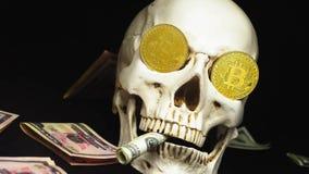 Czaszka z dolarów amerykańskich rachunkami w jego usta bitcoins na oczach zdjęcie wideo