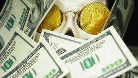 Czaszka z dolarów amerykańskich rachunkami w jego usta bitcoins na oczach zbiory