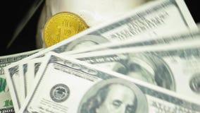 Czaszka z dolarów amerykańskich rachunkami w jego usta bitcoins na oczach zbiory wideo