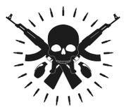 Czaszka z granatami i krzyżującymi karabinami szturmowymi Zdjęcia Stock