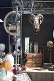 Czaszki artiodactyls z rogami i inne rzeczy na Spitalfilds wprowadzać na rynek Obrazy Royalty Free