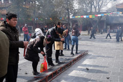 Czciciele trzyma kadzidłowych kije one modlą się przy Yonghegong Lama świątynią w Pekin Obrazy Stock