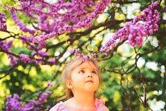 Cześć lato Lato dziewczyny moda szczęśliwego dzieciństwa Twarz i skincare alergia kwiaty Wiosna Prognoza pogody fotografia royalty free