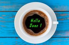 Cześć Czerwa tekst na ranek filiżance kawy przy błękitnym drewnianym tłem Obraz Stock