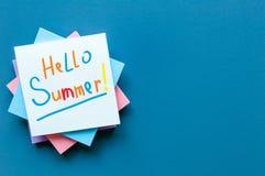 Cześć lato - inskrypcja dużo barwił listy przy notatkami na błękitnym tle Pierwszy letni dzień, Kalendarzowy pojęcie z Obraz Stock