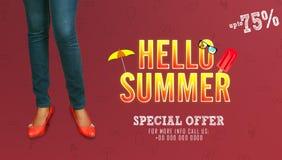 Cześć lato - młoda dziewczyna pozuje na pracownianym tle w lato sprzedaży sztandaru promocyjnych szablonach zdjęcia stock