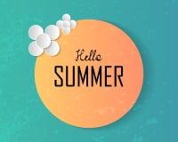 Cześć lato tekst na wielkim słońcu i dekorującej papierowej sztuce kwitnie o Zdjęcie Stock