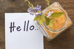Cześć powitanie wiadomości karta i zdroju solankowy aromat wszystko kwitniemy skóry jedzenie z purpurowymi kwiatami Fotografia Royalty Free