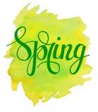 Cześć wiosny literowanie na żółtej zieleni akwareli uderzeniu Zdjęcie Royalty Free
