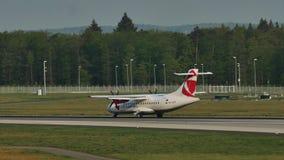 Czech Airlines surfacent l'atterrissage dans l'aéroport de Francfort, FRA banque de vidéos