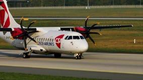 Czech Airlines surfacent le roulement sur le sol dans l'aéroport de Munich, MUC banque de vidéos
