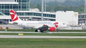 Czech Airlines-vliegtuigen in de Luchthaven van München, MUC stock footage