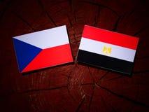Czech flaga z egipcjanin flaga na drzewnym fiszorku Zdjęcia Stock