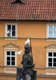 Czech, Praga: Mężczyzna karmi frajerów od okno dom zdjęcie royalty free