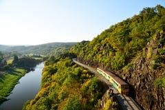 Czecha pociąg na linii kolejowej Vltava rzeką w kolorowej jesieni obraz stock