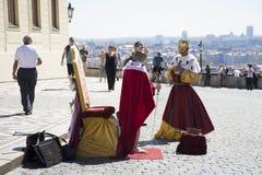 Czechia人为租服装国王服务,并且旅客的女王/王后拍照片 库存照片