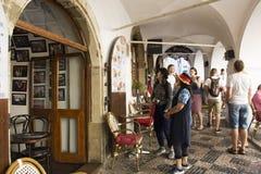 Czechia人和外国人在老镇的旅客走和参观在布拉格城堡附近 库存图片
