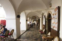 Czechia人和外国人在老镇的旅客走和参观在布拉格城堡附近 免版税库存图片