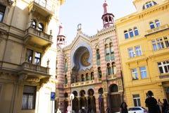 Czechia人和外国人旅客在布拉格,捷克参观周年纪念犹太教堂 免版税库存图片