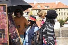 Czechia人和看外国人的旅客和购买纪念品 库存图片