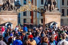 Czechia人和等待改变的外国人旅客卫兵在布拉格城堡门前面在布拉格 库存照片