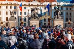 Czechia人和等待改变的外国人旅客卫兵在布拉格城堡门前面在布拉格 免版税图库摄影