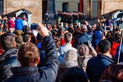 Czechia人和等待改变的外国人旅客卫兵在布拉格城堡门前面在布拉格 免版税库存图片