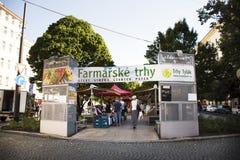 Czechia人销售和购买产品在有机农夫街市上 图库摄影