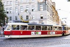 Czechia和外国人旅客为旅途使用减速火箭的电车轨道在布拉格,捷克 免版税图库摄影