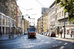 Czechia和外国人旅客为旅途使用减速火箭的电车轨道在布拉格,捷克 库存照片