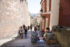 Czechia zwei Frauen sitzen und das Zeichnungsaquarell, das Prag-Stadt malt Lizenzfreies Stockfoto