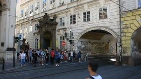 Czechiamensen en vreemdelingsreizigers die kruisend verkeersweg lopen stock footage