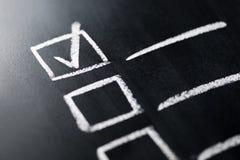 Czek lista na blackboard makro- zakończeniu w górę Dokument skończeni praca obowiązki, odpowiedzialność i Agenda i postęp w bizne zdjęcia royalty free