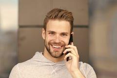 Czekałem twój wezwanie Mężczyzna broda z smartphone, miastowy tło czarny komunikacji koncepcji odbiorców telefon Mężczyzna z brod obrazy royalty free