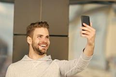 Czekałem twój wezwanie, mężczyzna broda z smartphone, miastowy tło czarny komunikacji koncepcji odbiorców telefon Faceta rozochoc zdjęcie royalty free