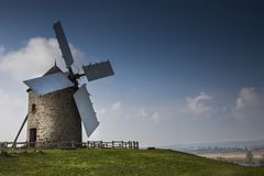Czekać Don Quijote: Wiatraczek w świetle słonecznym, na atlantyckim wybrzeżu, France Zdjęcie Royalty Free
