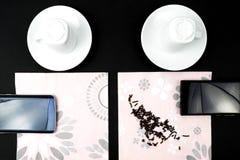 Czekać kawę z smartphones Zdjęcia Royalty Free