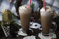 Czekać na Bożenarodzeniowego pije kakao z batożącą śmietanką obraz royalty free