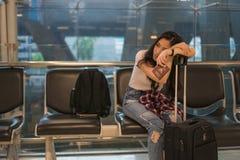 Czekać na przyjaciela podróżować lotnisko zdjęcie royalty free