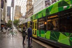 Czekać na tramwaj w Bourke St, Melbourne obraz royalty free