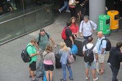 Czekać odprawę cudzoziemscy turyści w Shenzhen Luohu porcie Fotografia Stock