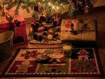 Czekać przyjazd Święty Mikołaj i jego prezenty obrazy stock