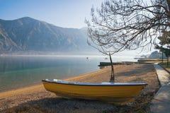 Czekać wiosnę Jeden łódź na brzeg Kotor Podpalany Adriatycki morze na zima dniu Montenegro Obraz Stock